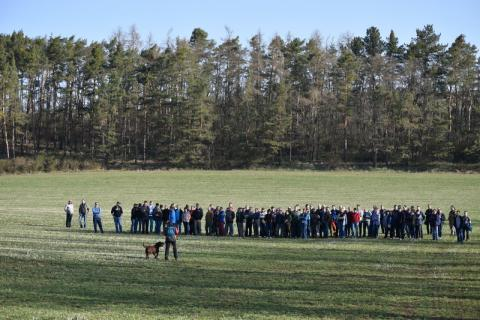 Klára Hlubocká předvedla kriminalistům vyhledávání otrávených návnad a mrtvých zvířat v praxi. Foto: Arnošť Cetkovský